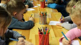 children drawing in class